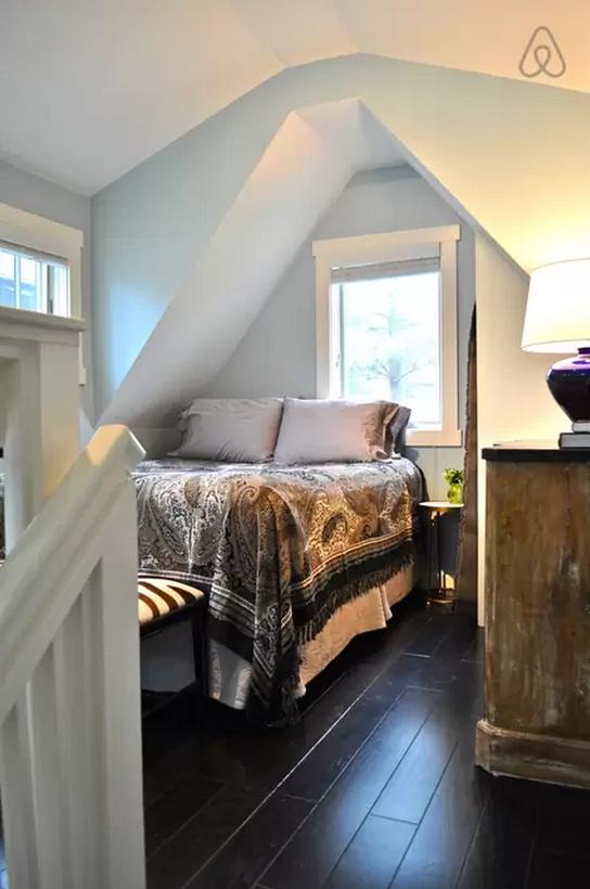 1444147534-skinny-house-bedroom