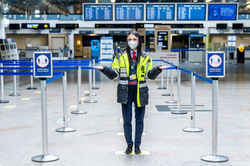 Priminimas keleiviams: Lietuvos oro uostuose ir toliau privaloma dėvėti apsaugines veido kaukes