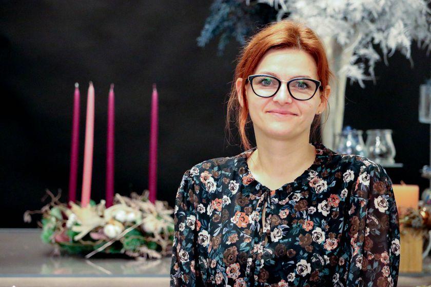 Floristė moko, kaip pasigaminti klasikinį advento vainiką (video)