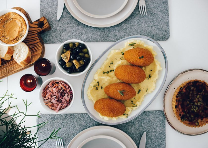 """Tinklaraščio """"Ant medinės lentelės"""" autorė pataria, kaip patiekti vakarienę iš kulinarijos gaminių"""