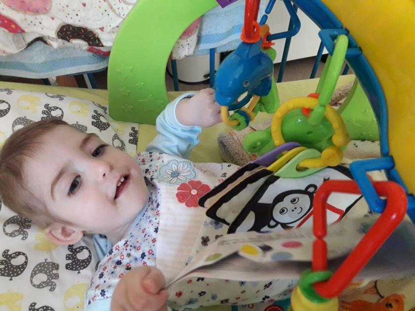 """""""Mūsų dukrytei vos 3 metukai, bet plaučių uždegimu ji sirgo net 30 kartų"""": Gabijos tėtis apie nepaprastus išbandymus auginant reta genetine liga sergančią mylimą dukrą."""