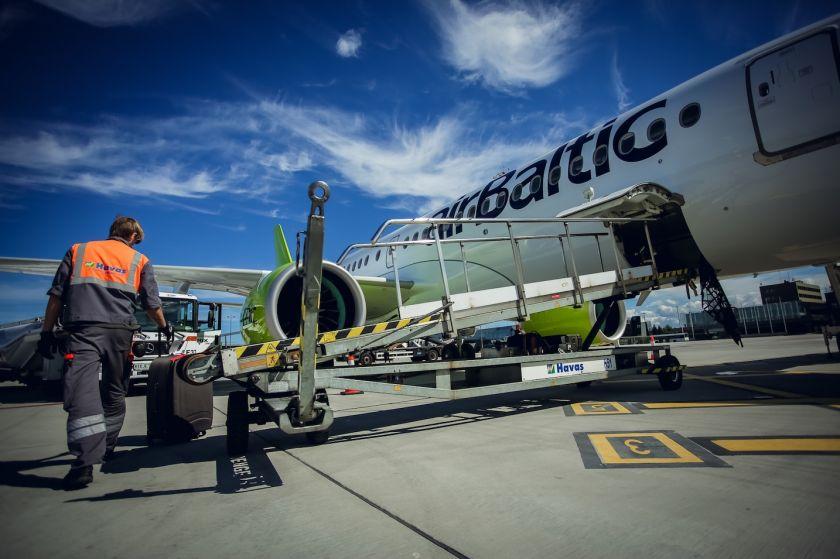"""Ką būtina žinoti keliaujant: """"airBaltic"""" pateikė saugumo atmintinę skrendantiems į užsienį"""